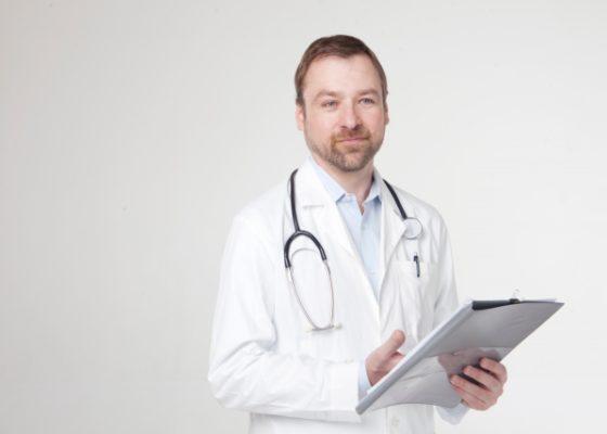 海外の病院で医師に子供の症状を伝える英会話