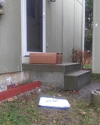 郵便物は玄関前に置かれている