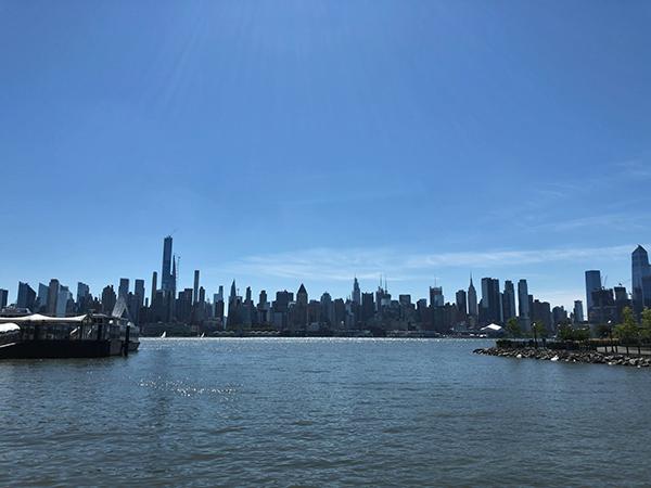 ニュージャージーからマンハッタンを眺める